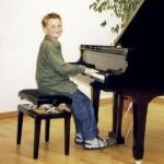 Sohn Wolfgang am Klavier, dem auch als Fußballer und Gymnasiast nie fad wird